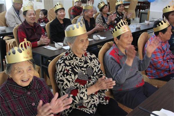 现场老人们热烈鼓掌感谢集团对社区老人的关爱.JPG